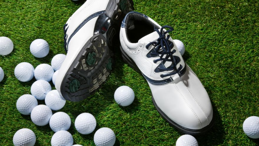 Which Kinds of Golf Cleats are Best for You, Spiked or Spikeless?